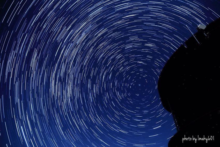 さっきの写真を回してみた。15秒露光+2秒インターバル×140枚を比較明合成。 ポラリス 北極星 インターバル撮影 比較明合成 スローシャッター レーザー 軌道 星 夜景 Night