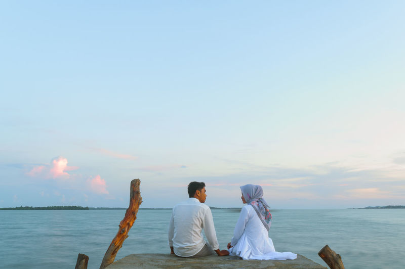 Hijab Sunset Sky Romantic Relationship Couple Calm Prewedding Long Exposure Copy Space Concept Water Sea Togetherness Women Mature Couple Beach Love Boyfriend Girlfriend Teenage Couple Dating Romantic Activity Couple - Relationship Love At First Sight Honeymoon Young Couple Romance Date Night - Romance Falling In Love Focus On The Story