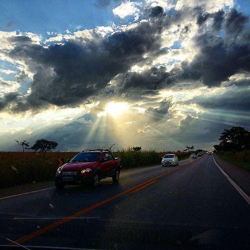 Voltando de Santa Luzia-MG. Sunshine Sunsetlovers Sunsetporn Instasunsets Pordosol Nature Br262 Perfection Samsungmobilecamera Skyblue Clouds Road Travel Cars Minasgerais Ig_minasgerais Igers_minasgerais Conhecaminas Visiteminasgerais Exploreminas Camposaltos