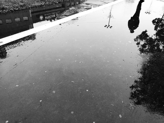 Monochrome Photography Water Reflection Street Streetphotography Rain Black And White Mobile Photography Street Photography Mobile Bnw Mobilephotography Huawei HuaweiP9 Mobile_photographer
