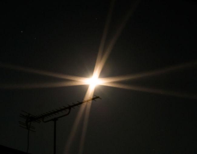 Moonlight 知ってますか?網戸越しに月を見ると… 月明かり