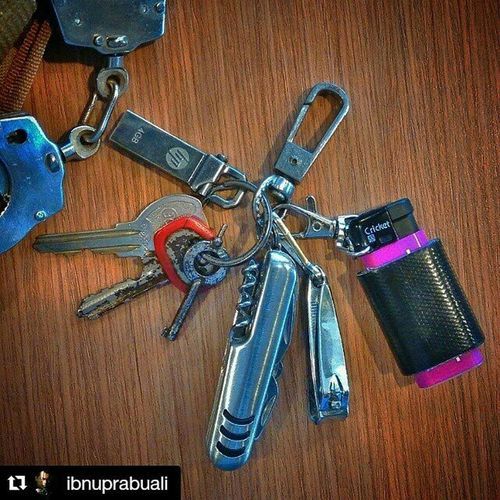 Repost @ibnuprabuali with @repostapp ・・・ My Everydaycarry EDC Edcid Edcindonesia Keys Keychain Cuffs Cricket Lighter Butanelighter Ducttape Knife Foldingknife Cuffkey Nailclipper Flashdisk Cricketlighter Survival Multifunctional Multitools Tools Kit Ghb Bob