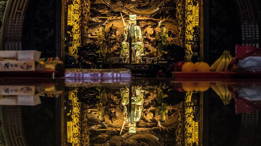 在台灣土地公土地婆是當地方的保護神,也是財神。 Taoism Idol Taiwanese Temple Taiwanese Culture Culture 古蹟 土地公 廟宇 文化 烘爐ㄉㄧ 神之所在 虛實之間 神像 Buddha Place Of Worship Temple - Building