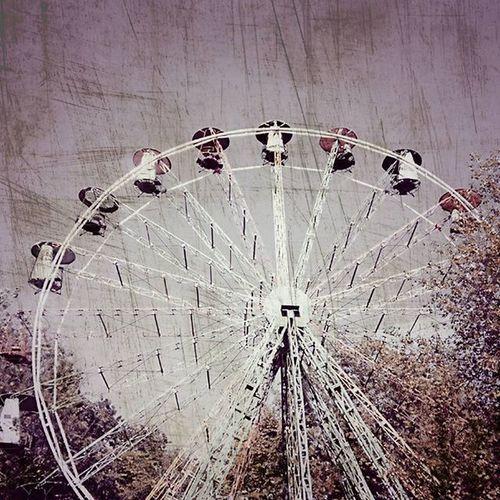 11 сентября 1974 года в Сигулде построили панорамное колесо, с которого можно обозревать просторы нашей латвийской Швейцарии на высоте в 30 метров. В прошлом году компания которая уже долгие годы обслуживала городскую достопримечательность отказалась от этого проекта. Всем желающим в конце октября 2014го представилась возможность в последний раз прокатиться на колесе, и эффект не заставил долго ждать, огромные очереди к колесу выстроились в ожидании той самой последней поездки, что, безусловно, скрасило выручку колеса. Фотография сделана в сентябре 2015го, в кабинках катаются люди. латвия сигулда достопримечательность чертовоколесо Sightseeing Attraction Facts факты афера Fraud