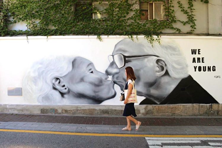 Ageing doesnt make us stop. To stop makes us ageing. Old Couple Kiss Ageing Age Youth Youthness Young We Are Young Wall Painting Street Art Street Photography Streetphotography Lifestyles Architecture Day Creativity Graffiti