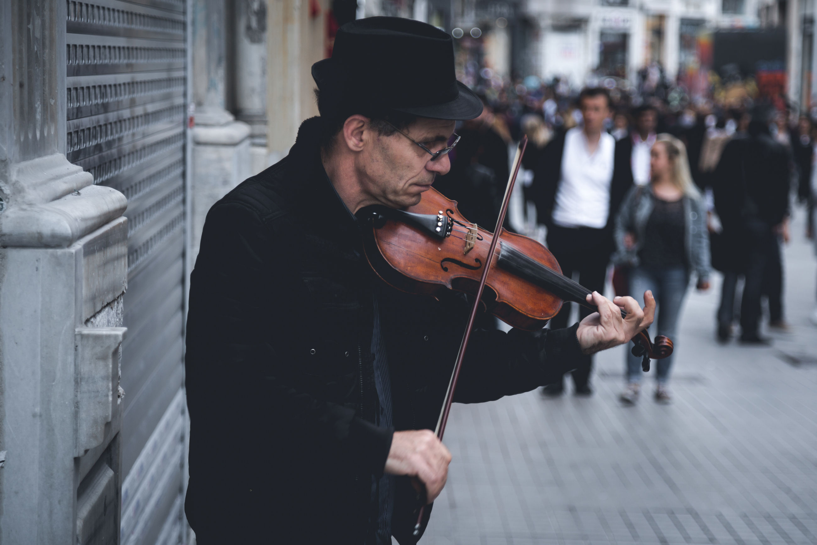 music, musician, performance, real people, arts culture and entertainment, musical instrument, one person, men, outdoors, playing, performing arts event, violin, day, city, young adult, one man only, adult, people