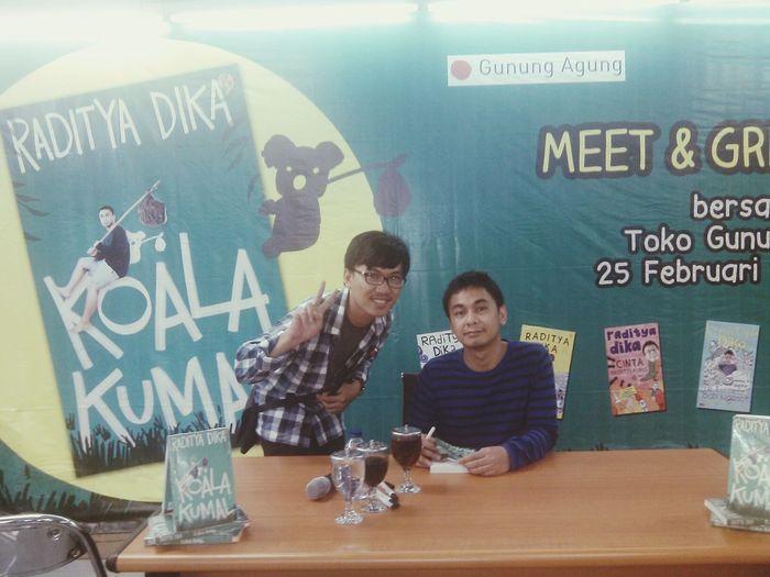 Meet & Greet Koala Kumal - Raditya Dika Koalakumal Radityadika :D Yeah niat beli buku komputer malah akhirnya ikutan meet & greet. Beruntung banget, thanks God.