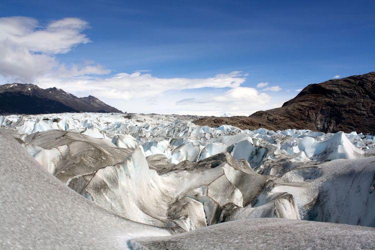 Wavy massive layer of snow in a glacial area