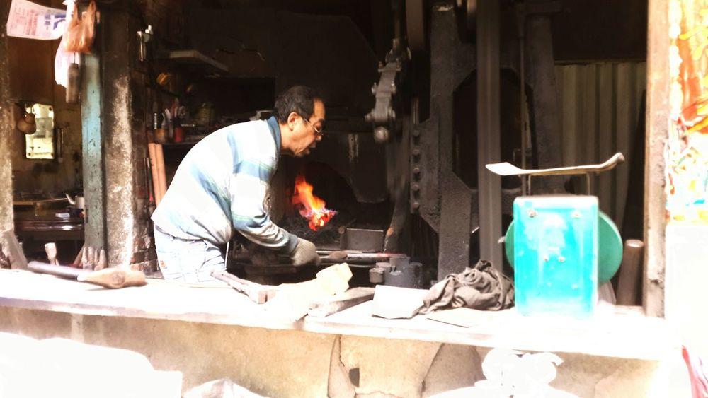 傳統的打鐵店已經式微,能在老街中見證傳統農具的製造過程,老闆與農民真切的互動,心中滿滿感動。