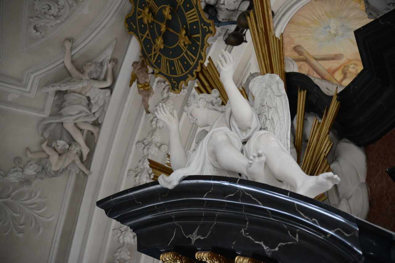 HIGH ANGLE VIEW OF WHITE SCULPTURE IN TEMPLE