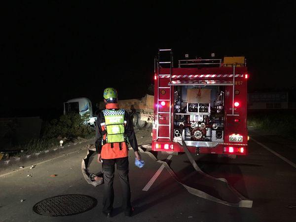 一件卡車自撞交通事故 Night Firefighter EMS Rescue