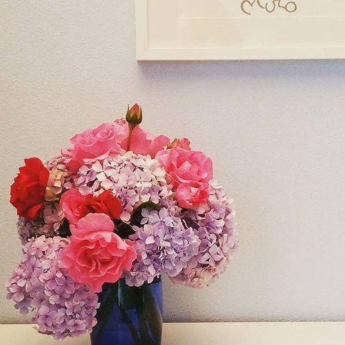Pequeños rincones de casa que cobran vida con flores del jardín. Hortensia Hydrangea Rosas Roses Inspiration Verano Summerdeco Summer Home Amaneciendoconflores Galifornia Enlapgloria .