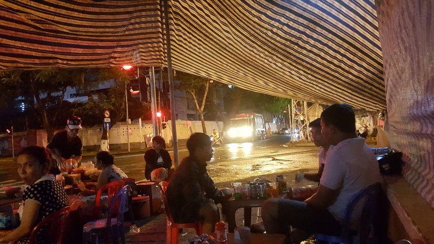Street food on a wet night in Da Nang, Vietnam Lifestyles Outdoors Vietnam Đà Nẵng Nightlife Dining Street Food Rain Shelter