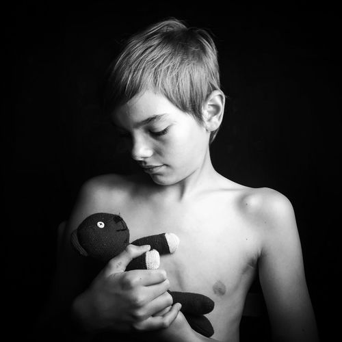 Anakin et le Teddy. Young Adult Headshot Human Body Part Studio Shot Real People Beautiful People Black And White Photography Children's Portraits Young Boy Children Photography Child Teddy Teddy Bear The Week On EyeEm Blackandwhite Blackandwhite Photography Portrait Black Background One Person