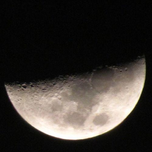 Siendo media luna, su belleza es completa. La luna en su ayer... Lalunadeale