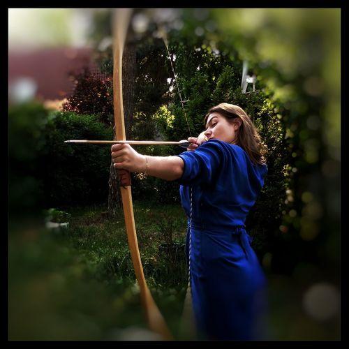 Zielsicher im Kleid Garden Green Woman Iron Bow And Arrow Bow Arrow Amazone Blue Standing