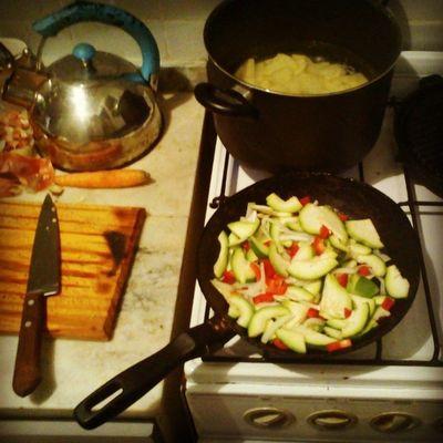 Como para variar, de costumbre, Cocinando la Cena Cooking Dinner