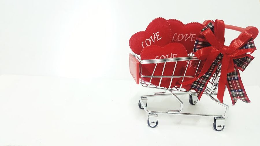 Shopping Cart Shopping Buyer And Sellershop Ecommerce Supermarket Retail  Red No People valentinegift heart weddingday homeshoping byyer Copy Space Celebration Container Finance Food And Drink White Color Gift Business Finance And Industry Christmas Business Buying Holiday - Event Newyearpresent Onlineshopping Commercial Photography Valentinegift Shoppingmall ecoomerce
