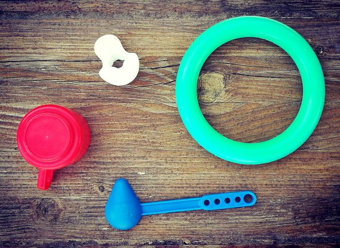 COLOURED OBJECTS ON THE WOOD