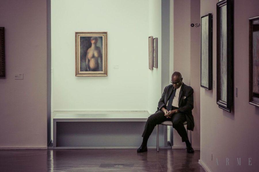 Museum Paris Sleeping Guardian Art Frame Tired Man Chair e Relaxing Siesta Bored