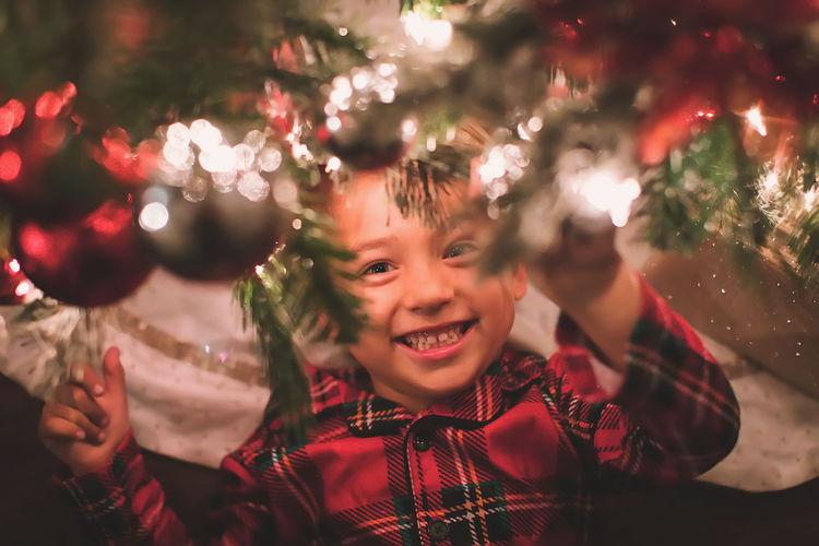 Portrait of smiling girl on christmas tree