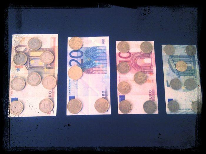 """Mi nombre """"Alex"""" escrito con monedas de mayor a menor valor sobre billetes de mayor a menor valor. ¡Desbloquea Y Gana Dinero Con LatteScreen!"""