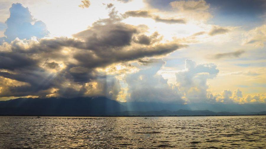 กว๊านพะเยายามเย็น กว๊านพะเยาแหล่งชีวิต Cloud - Sky Sky Beauty In Nature Scenics - Nature Nature Sunlight Sunset Tranquility No People Tranquil Scene Water Outdoors Idyllic Day Land Sunbeam Sea Dramatic Sky Horizon Over Water