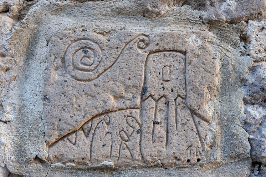 Arte per strada Ancient Ancient Civilization Animal Archaeology Architecture Art And Craft Bas Relief Carving Carving - Craft Product Close-up Craft Creativity Day History No People Representation Sculpture Solid Stone Material Text The Past