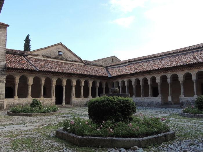 Abbazia Cistercense di Santa Maria a Follina. Ai piedi delle colline del vino Prosecco, a un'ora da Venezia. Chiostro, basilica e torre campanaria compongono un piccolo capolavoro di architettura tutto da visitare.