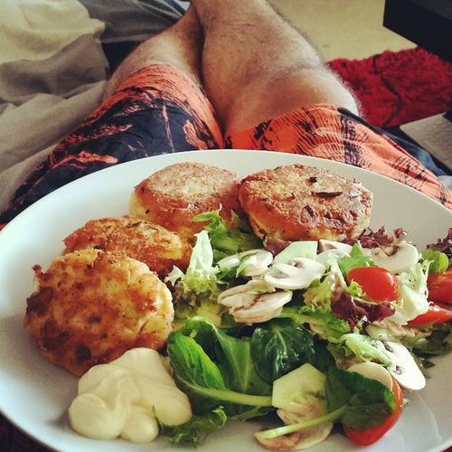 Home made salmon n potato cakes with salad! Summerdinner Salmon Fishcakes Homemade omnomnom