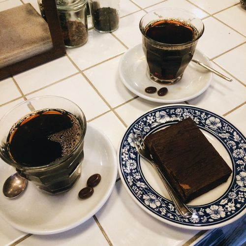 Food And Drink Coffee - Drink Dessert Indoors  Sweet Food Close-up Ready-to-eat Chocolate Cake Table Coffee Shop Blue Tiles Cups Coffee For Two Sharing  High Angle View No People Sunday Afternoon V60 Espresso Love Coffee Coffee Time Coffee Lovers