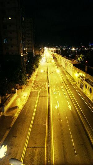 台北的路燈慢慢走向LED 未來很難在看到這種黃色路燈的美了