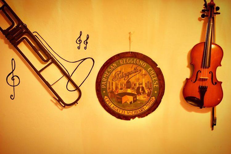 バイオリン Music Musical Instrument String Instrument Hanging No People Arts Culture And Entertainment Musical Equipment Guitar Art And Craft Wall - Building Feature Indoors  Still Life Gold Colored Instrument Of Time String Violin Creativity Text Close-up Backgrounds