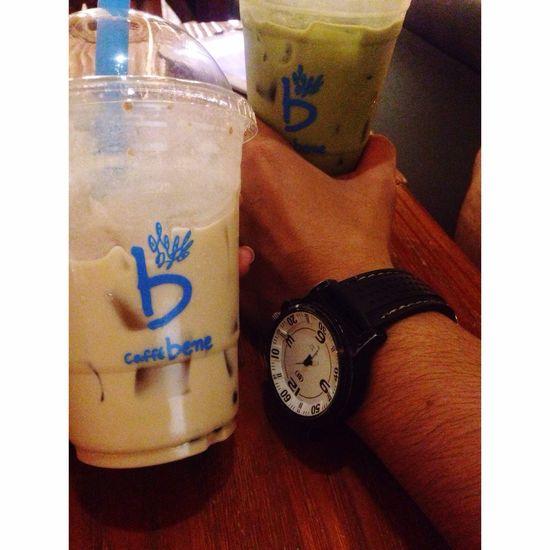 Hand Caffe Bene Clock Brother Walking Around The City