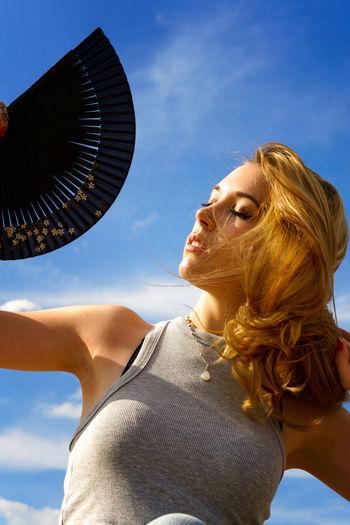 Que calor ! 🔥🔥🔥 Calor Chaleur Hot Portrait Photography Coiffure Sun Fresh Air And Sunshine Evantail Young Women Women Headshot Sky Close-up