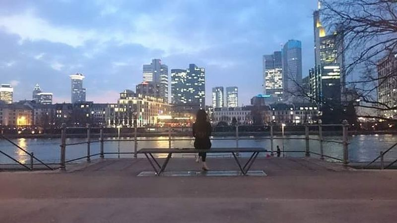 Hanging Out Frankfurt Am Main Skyline Skyline Frankfurt Genießen Chill Mode Hello World Enjoying Life Check This Out Relaxing Newyorkstyle Main Long Hair Bench With A View Lights Sightseeing Spot