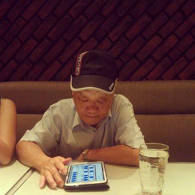 出門 吃飯 不忘玩 平板的 Fashion爺爺