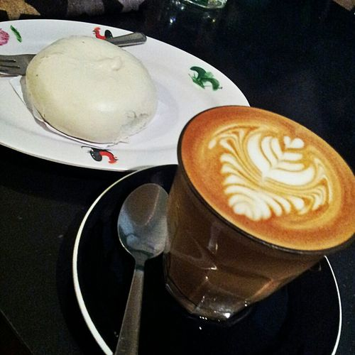 One of the few things I missed while away: a very decent cup of coffee. Latte and tau sar pau (bun with red bean (小豆) paste) @ 40 Hands Coffee Cafe Food_collection