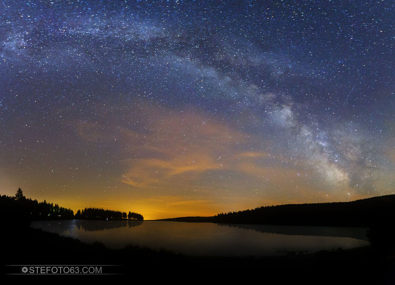 Au calme ! Fraîche,lac et voir lactée. 😉 Above the lake Milky way to @regionauvergne @canonfrance 6d - 16mm- f/4 - 6400iso Milkyway Milkywaygalaxy Milky Way Stars Skyscraper Skyscapes Skyscrapers Photography First Eyeem Photo