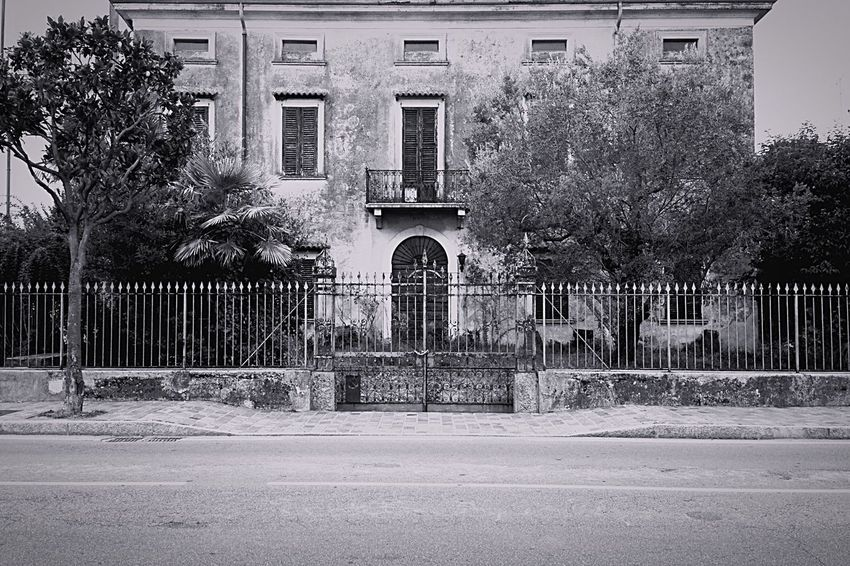 Old House Old Buildings Gate Abandoned House Vintage Photo Vintage House EyeEm Best Shots - Architecture Fear Factory Glitch Shades Of Grey B&w Street Photography