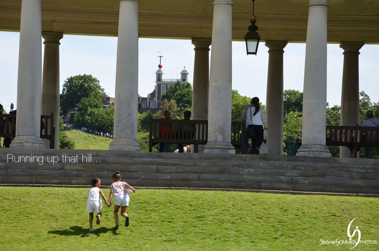 Enfants courant vers le l'observatoire de Greenwich à Londres / Children running to the observatory top hill Greenwich Greenwich Naval College Greenwich Observatory Greenwich,London LONDON❤ London London lifestyle Architectural Column Architecture Building Exterior Built Structure Day Grass Green Color Greenwich Village Growth London_only Nature Outdoors People Real People Togetherness Tree Walking Women