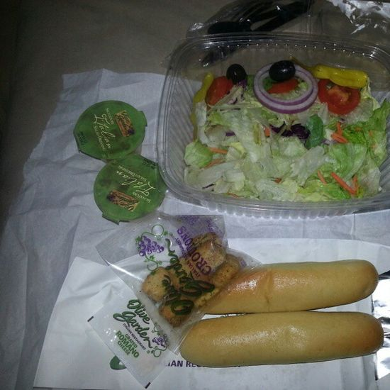 Olive Garden for lunch to-go! Salad Breadsticks Olivegarden Happybelly healthy veggies