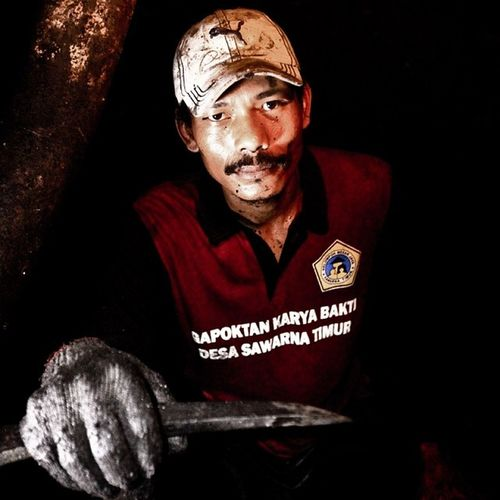 mr. sukir - traditional coal miner, balicong specialist @klikarbain @arbainrambey ASIA INDONESIA Peoplephotography Peopleproject Minning Traditional Coal