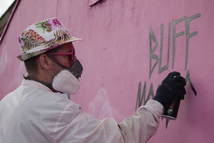 American Artist Bristol Buff Monster Hat Pink Spray Can Art Heart One Person Outdoors Pink Sun Glasses Real People Stay Melty Streetart Sunglasses Tag Upfest Upfest2017 Urban Art