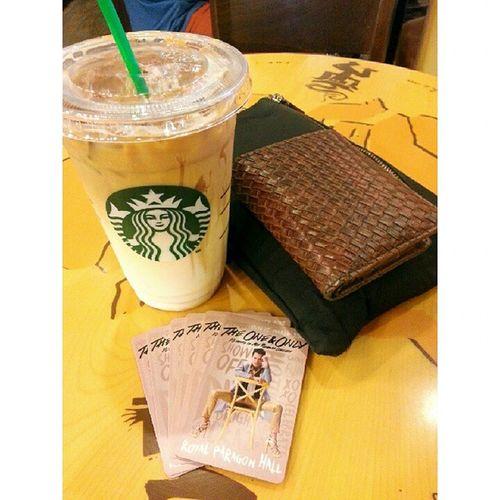 นั่งรอเวลาปองศรีแสดงแสงยานุภาพ @aofpongsak AofTheOneAndOnly AofTheOneAndOnlyConcert AtimeShowbiz Starbucks starbucksthailand starbuckssiamparagon caramelmacchiatto
