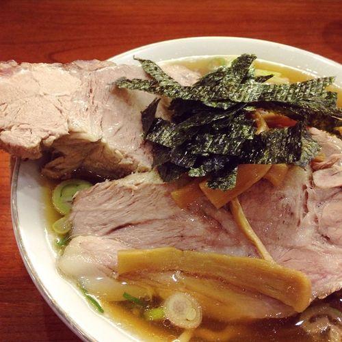 """ラーメン 満来 チャーシューめん Food 食べログで評判良かったので食べてみた…? 最初の一口目はめんもスープもチャーシューも全てパーフェクトに美味しいけど…?その全体量の多さで後半はほぼ拷問? ある意味味のシンプルな""""二郎系""""ということで食べる場合は覚悟するように?"""