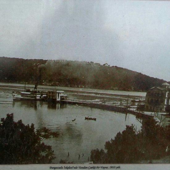 1933 yılında Burgazada iskelesinde yandan çarklı bir vapur.