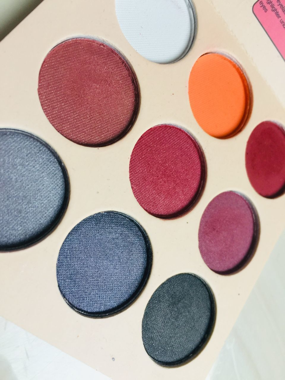multi colored, circle, indoors, geometric shape, variation, palette, no people, choice, still life, shape, close-up, full frame, eyeshadow, make-up, art and craft, backgrounds, high angle view, red, in a row, creativity, watercolor paints, art and craft equipment