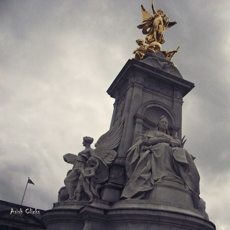 Victoria Memorial, London Victoriamemorial Buckinghampalace Queenvictoria Themall Fountain Travel Monument London Uk England ILoveLondon Thisislondon Instagood International Mobilephotography Asishclicks Godsavethequeen Clouds Sunset Architecture CityOfWestminster Loveithere LeisureTime Leisure