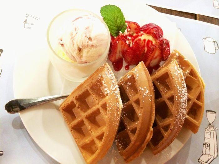 草莓冰淇淋鬆餅 stawberry waffle ? Coffee Time For Dessert! Yummy Food